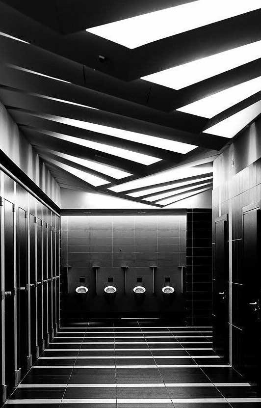 Jogo de luz e cores no banheiro masculino