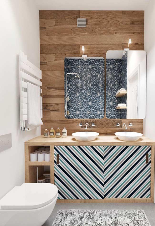 As portas dos armários ganham um padrão mais colorido e diferente neste banheiro