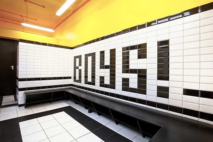 Sinalização interna no banheiro masculino
