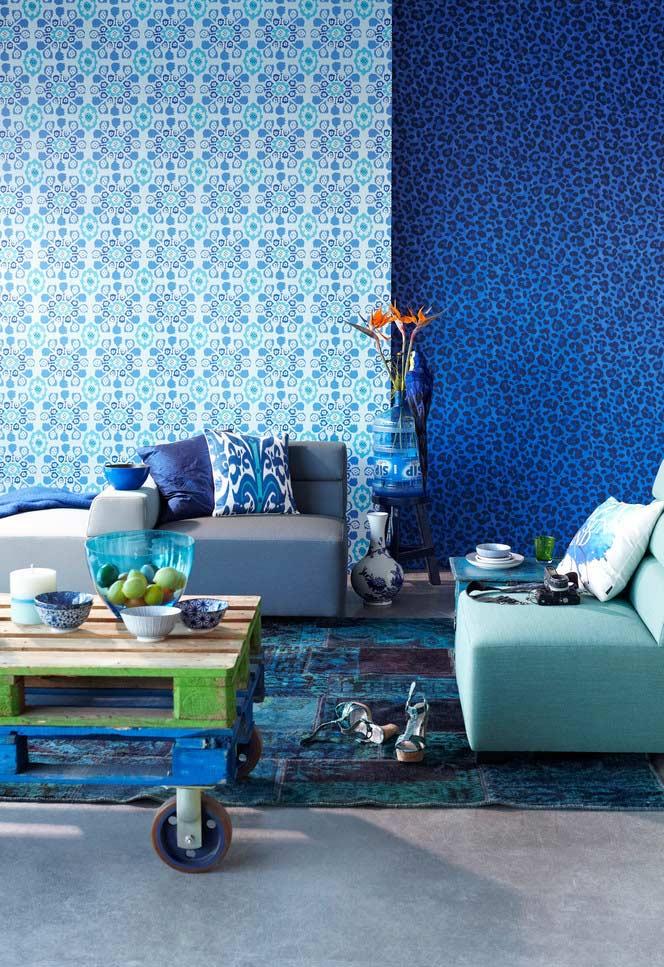 Sala com azul predominante