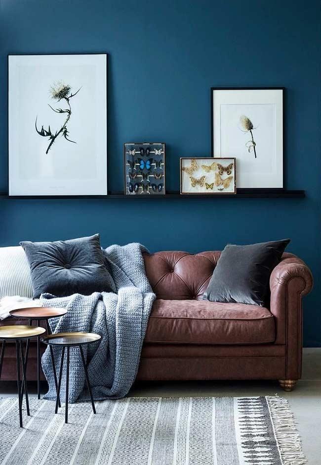 Sala azul com sofá Chesterfield de couro