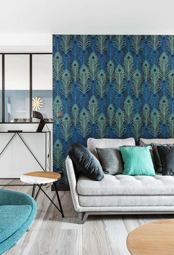Azul e verde das penas de pavão na sala