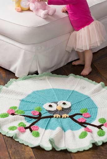 Corujinha no centro deste lindo tapetinho de crochê