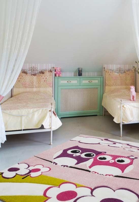 Um grande tapete para deixar o quarto mais aconchegante com o formato de coruja