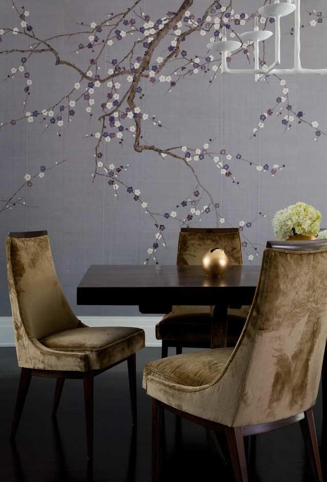 Sala de jantar com árvore florida