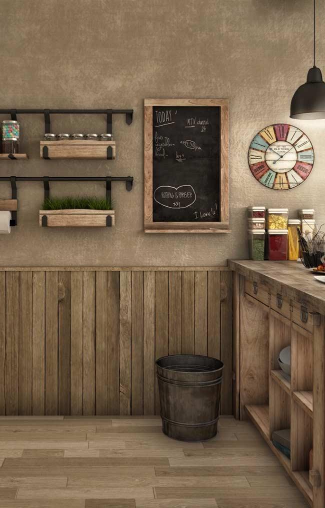 Quadro lousa com moldura de madeira para recados na cozinha