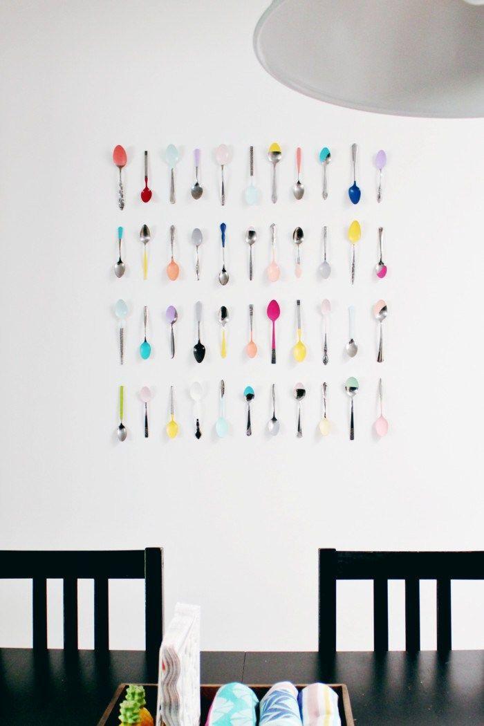 Colheres super coloridas fixadas na parede em formato de quadro