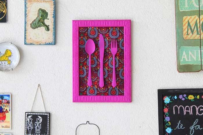 Quadro DIY com talheres coloridos
