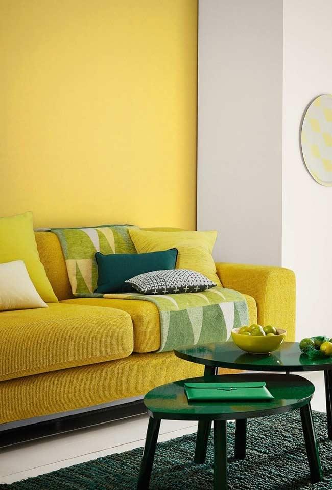 Sala com parede e sofá na cor amarela