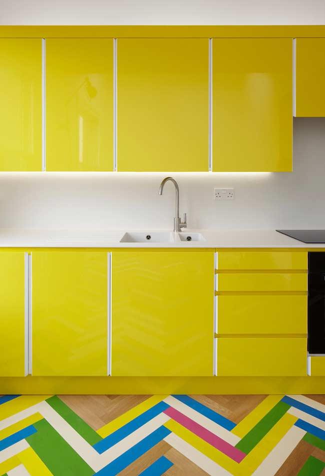 Amarelo vibrante nos armários da cozinha