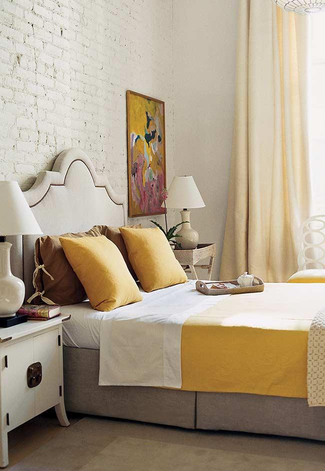 Quarto de casal decorado com tons de amarelo