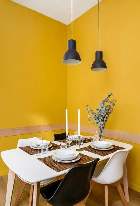 Tons de amarelo, branco e preto na decoração
