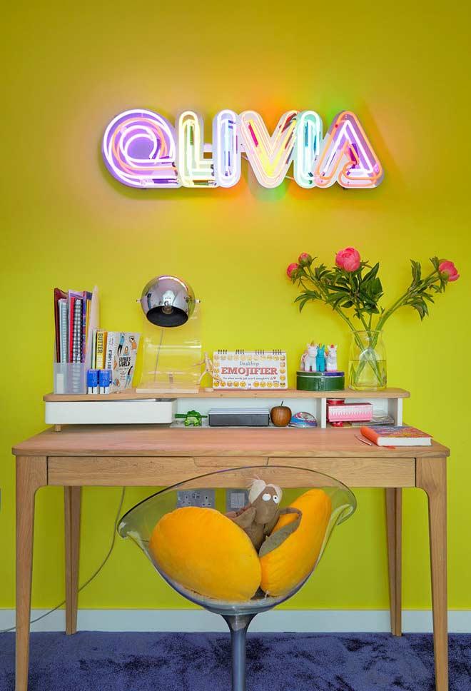 Mix de verde e amarelo no cantinho com luminária neon