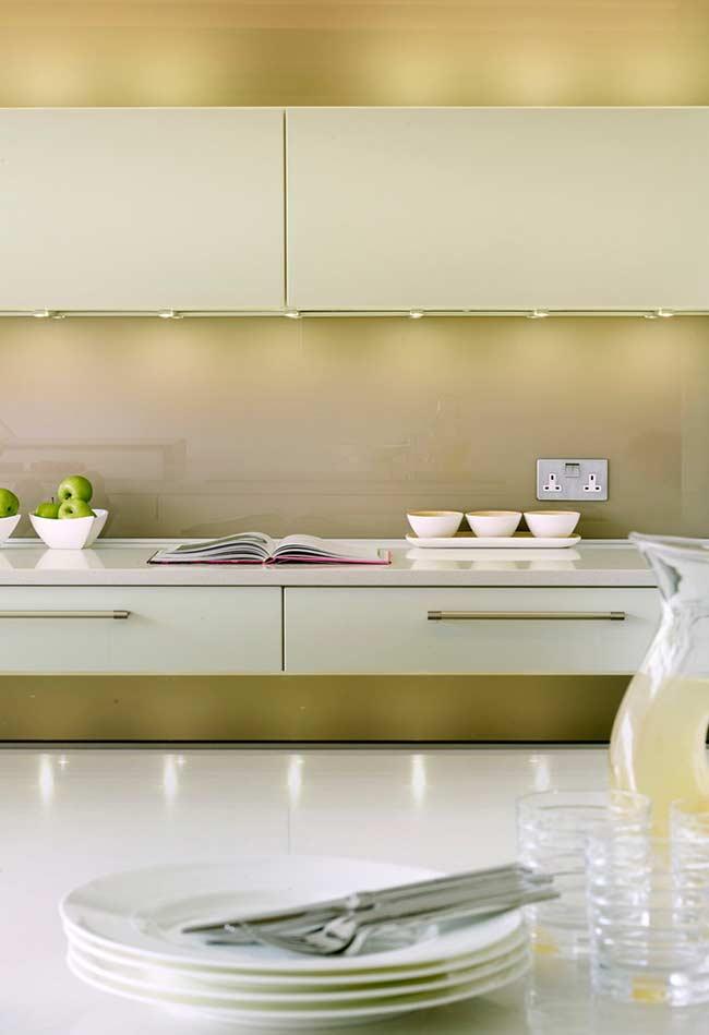 Tons de amarelo de forma suave na decoração da cozinha