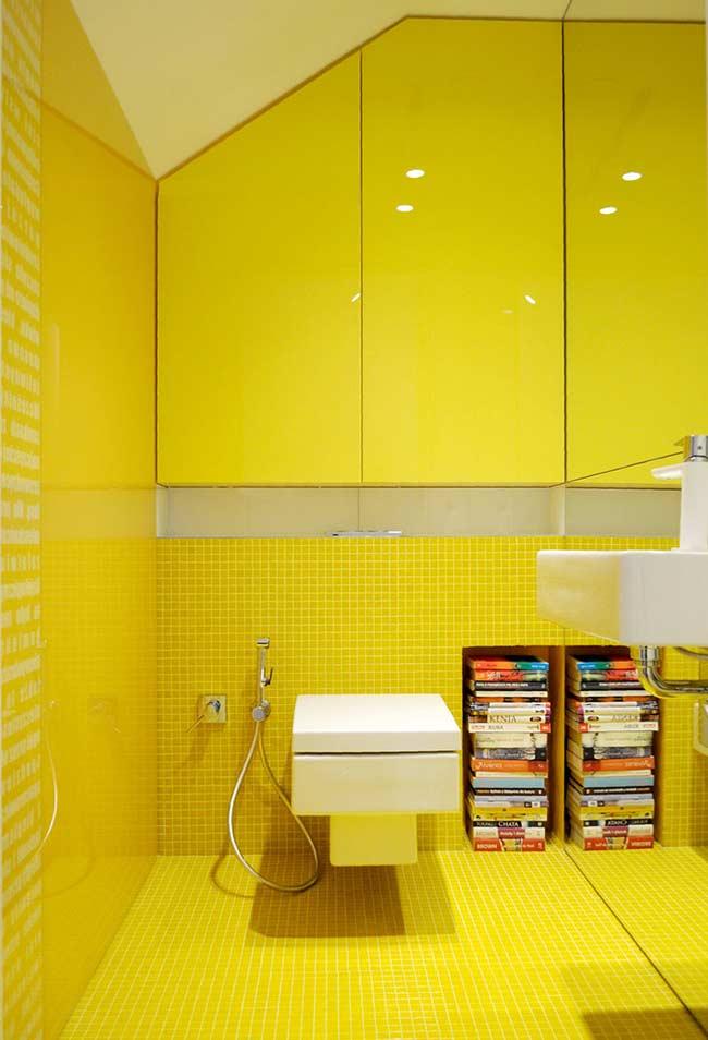 Banheiro decorado com amarelo canário