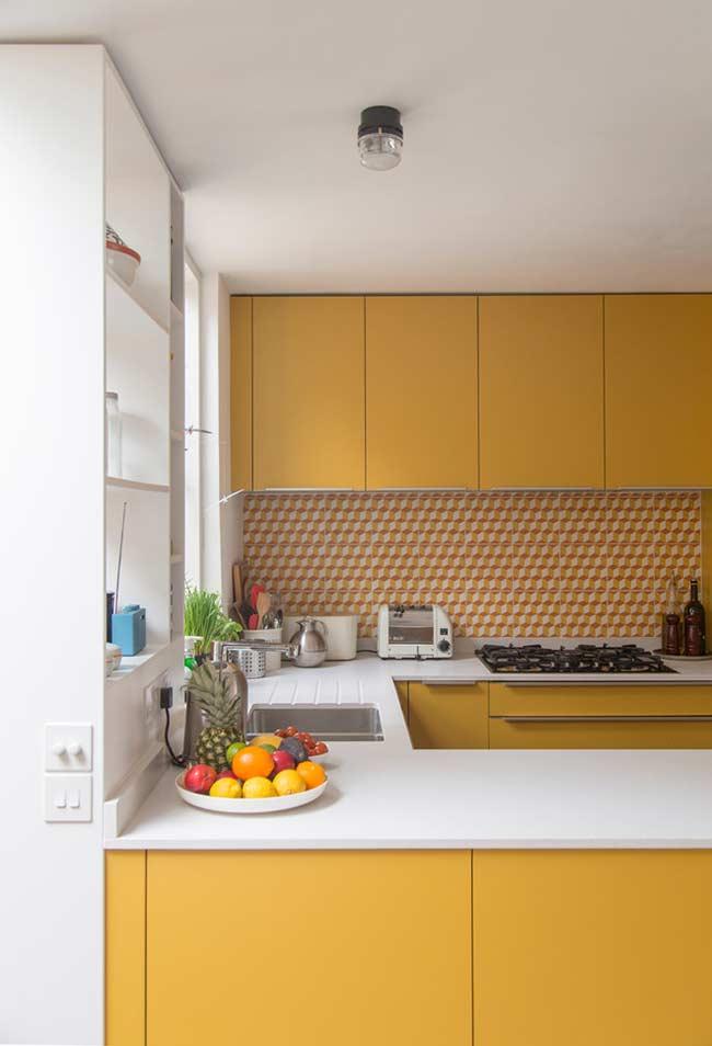 Cozinha com tom forte do amarelo