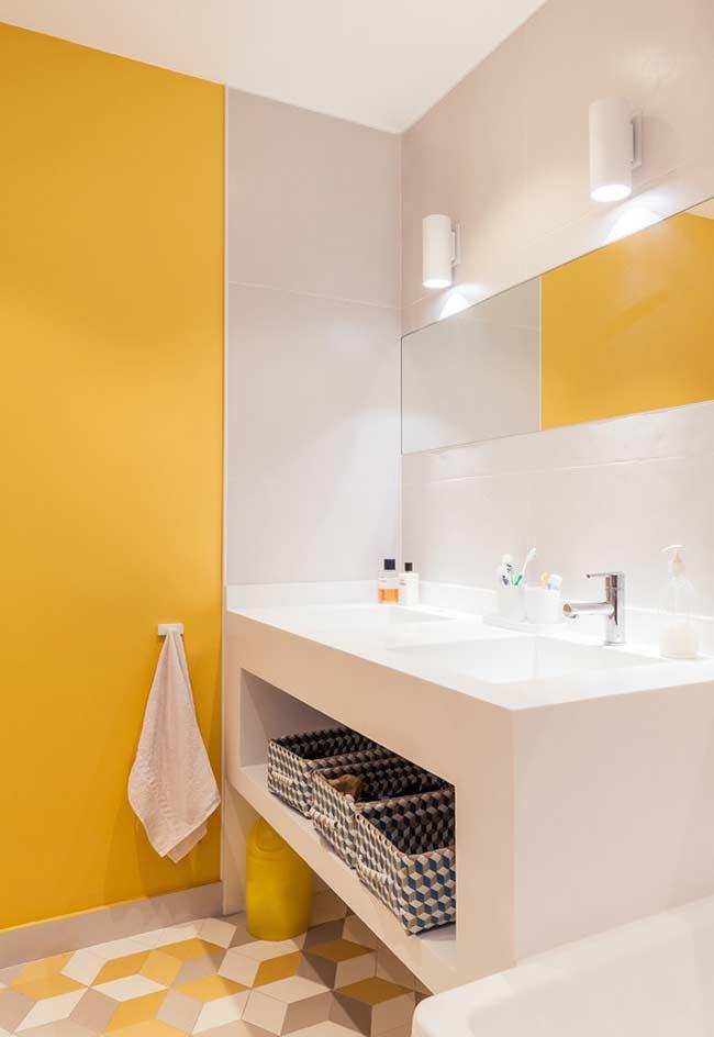 Banheiro amarelo e cinza