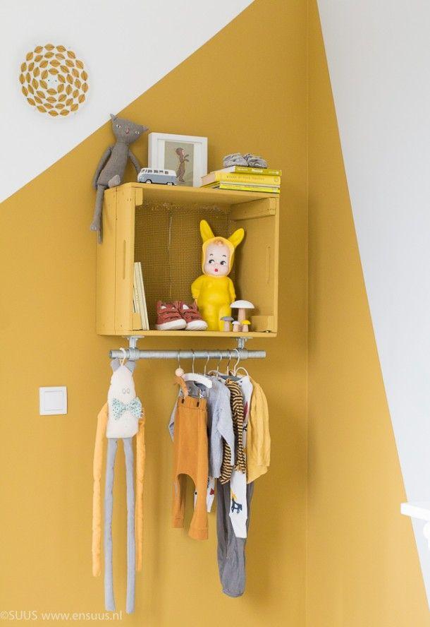 Pintura geométrica com amarelo na parede