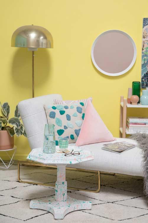 Ambiente moderninho com amarelo na parede
