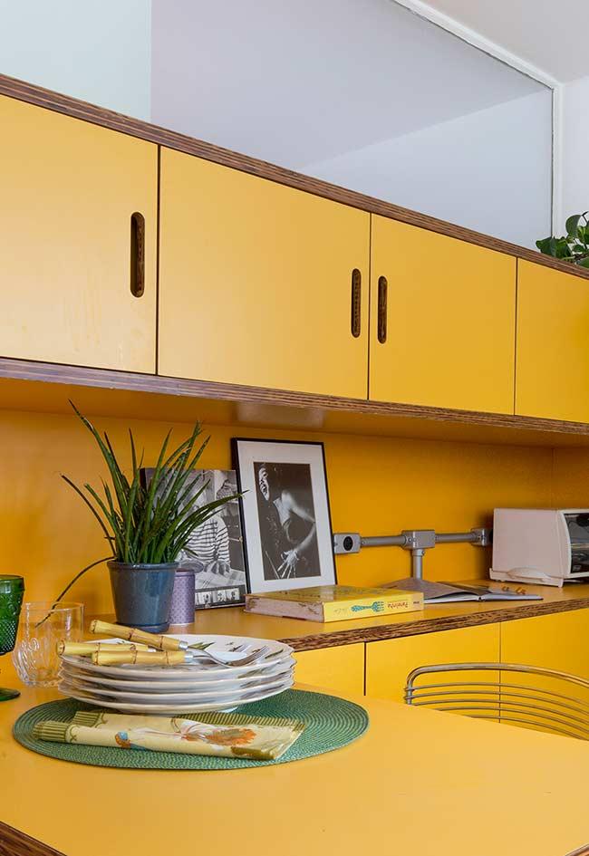 Decoração de cozinha amarela no estilo anos 70