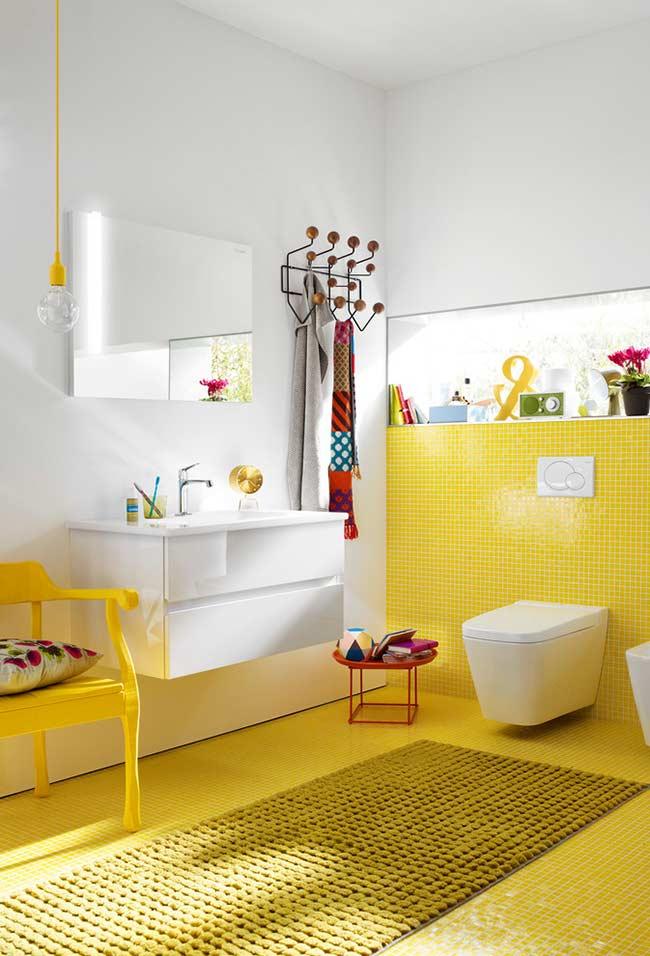 Amarelo nas pastilhas do piso e parede do banheiro