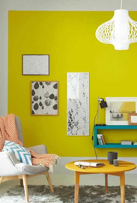 Amarelo voltado para a tonalidade cítrica na parede da sala