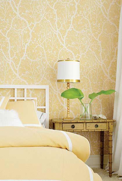 Amarelo claro e dourado na decoração do quarto de casal