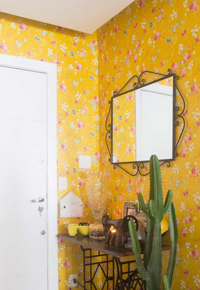 Decoração com papel de parede floral com base na cor amarela