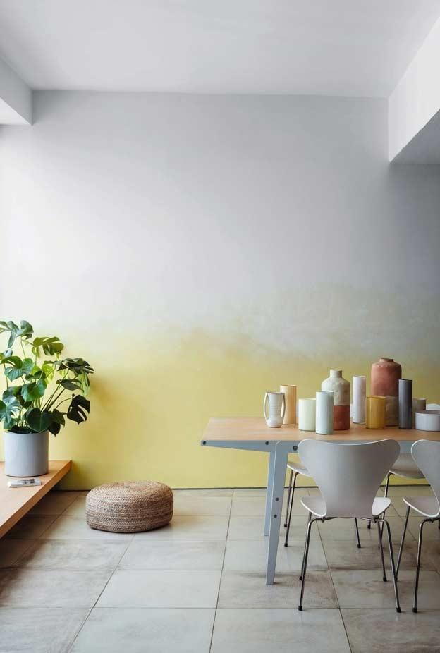 Meia parede em amarelo com degradê na sala