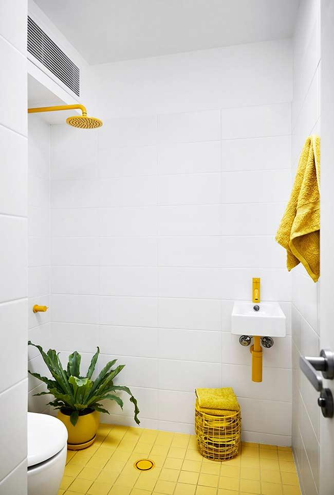 Banheiro branco com detalhes na cor amarela