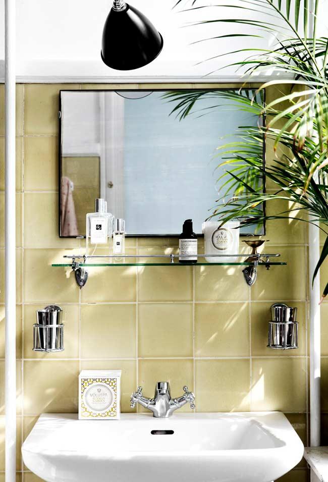 Ambiente neutro com amarelo mais suave na decoração