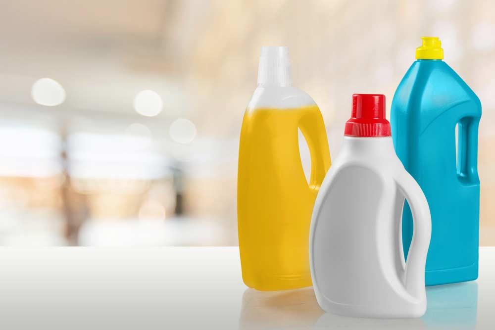 Produtos de limpeza e água sanitária