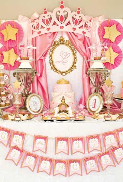Mesa principal toda inspirada nas grandes molduras douradas dos castelos medievais