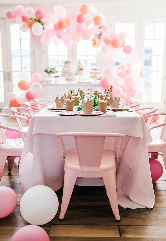 Porta copo em EVA com glitter na mesa da festa Princesa
