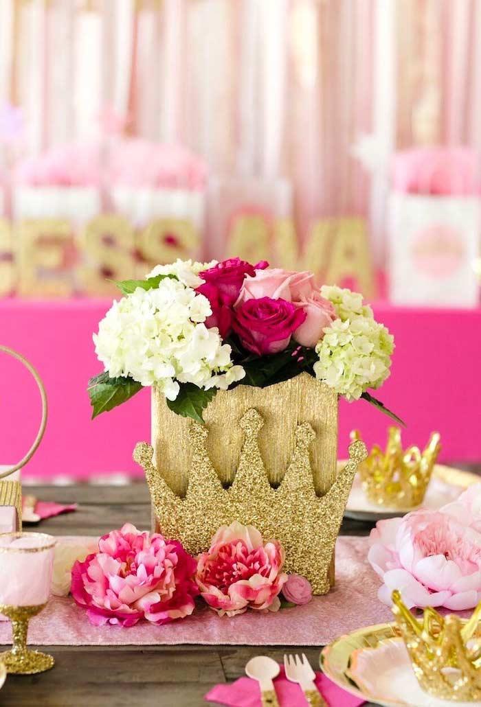Coroa em destaque na decoração da mesa