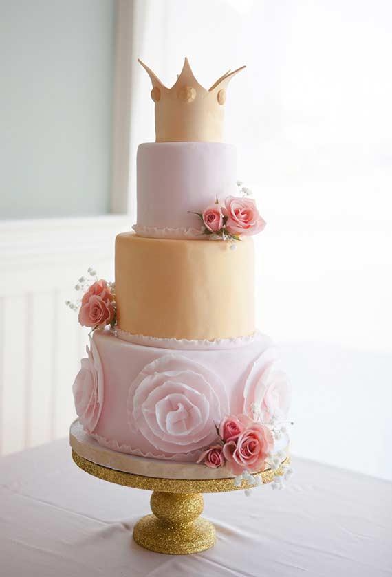Finalização da decoração com flores no bolo decorado Princesa