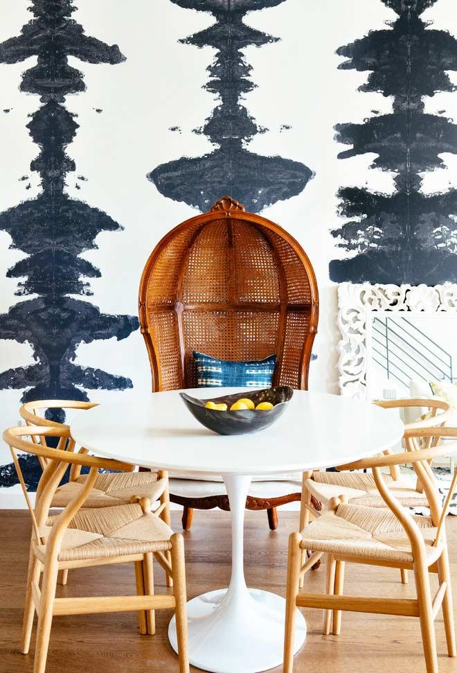 Papel branco e azul marinho para sala de jantar