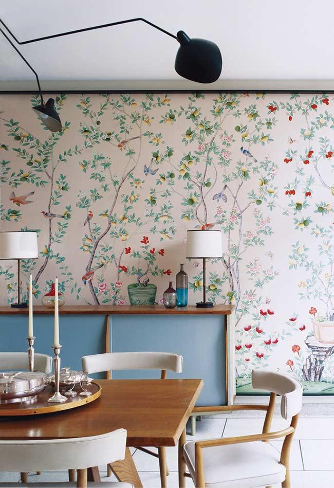 Árvores floridas no papel de parede para sala de jantar