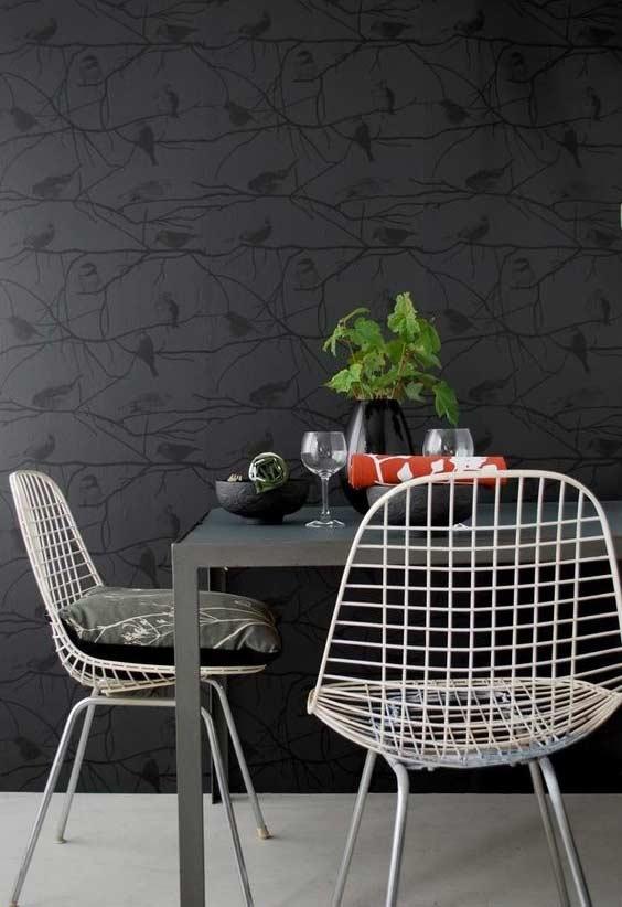 Papel de parede escuro com ilustração de galhos