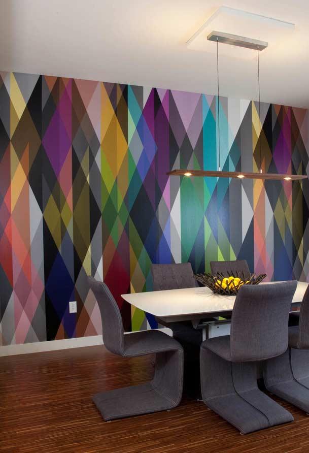 Formato geométrico e super colorido no papel de parede para sala de jantar