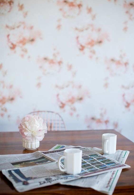 Flores rosas no papel de parede azul