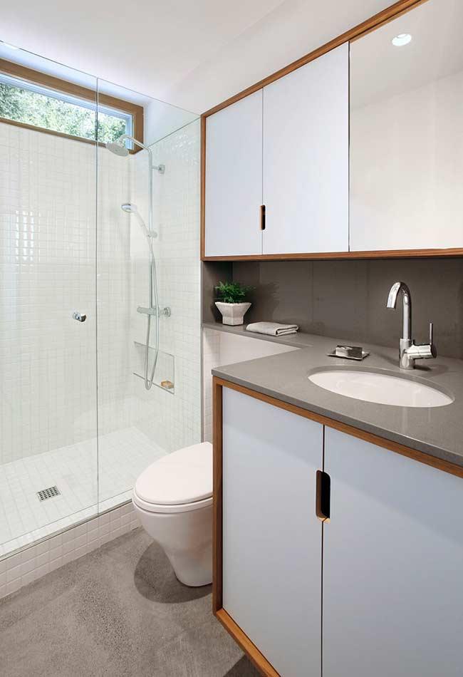 Armário de banheiro com parte inferior e superior no mesmo padrão