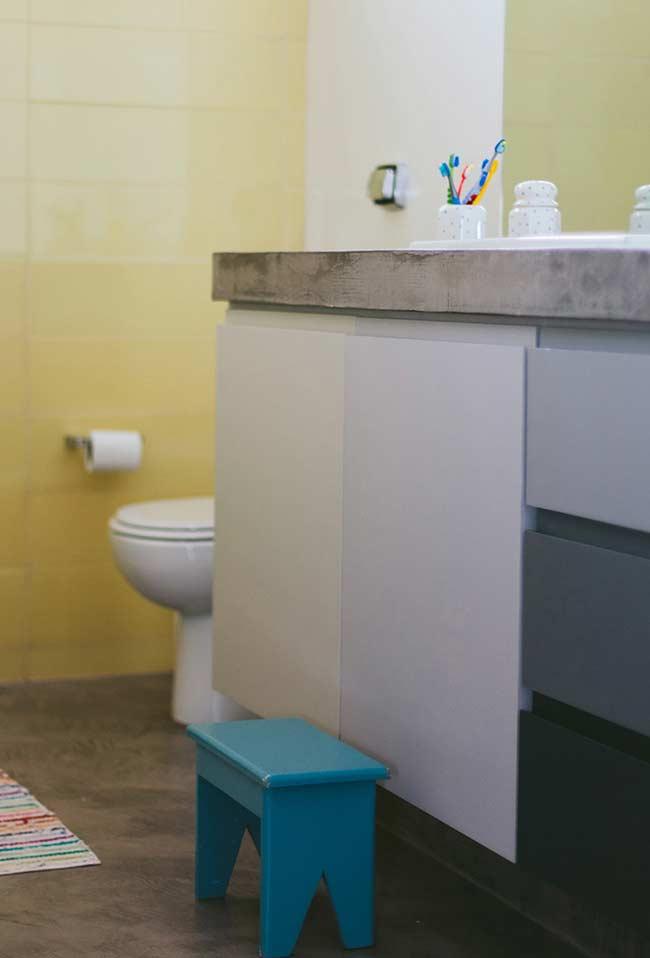 Armário suspenso com portas e gavetas em degradê azul