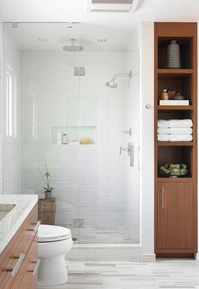 Armário vertical para objetos decorativos e toalhas