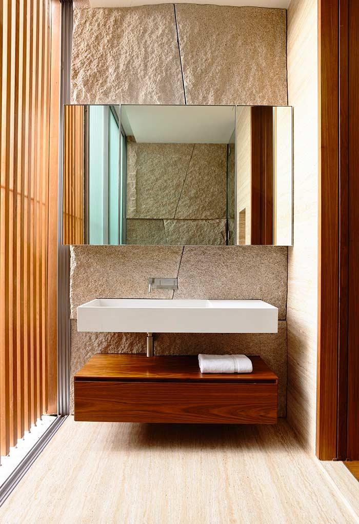 Armário de banheiro com vão entre a pia