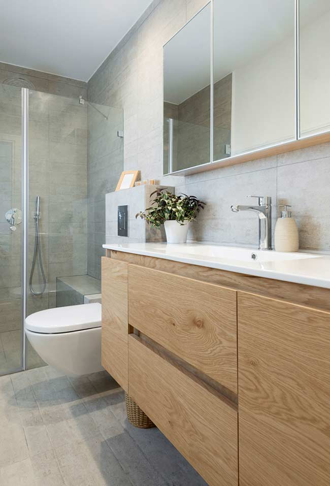 Armário de banheiro imitando madeira maciça