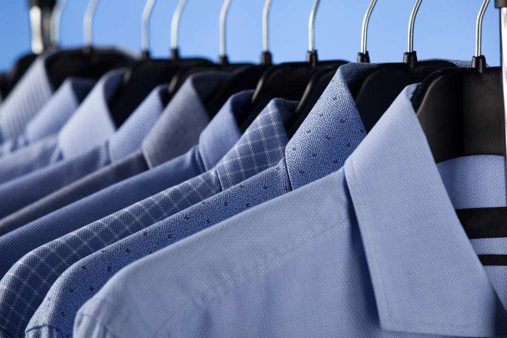 Como passar camisa social: camisas em cabides