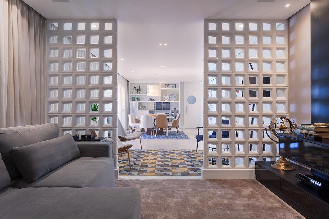 Apartamento conjugado com ambiente intimista separado por cobogós