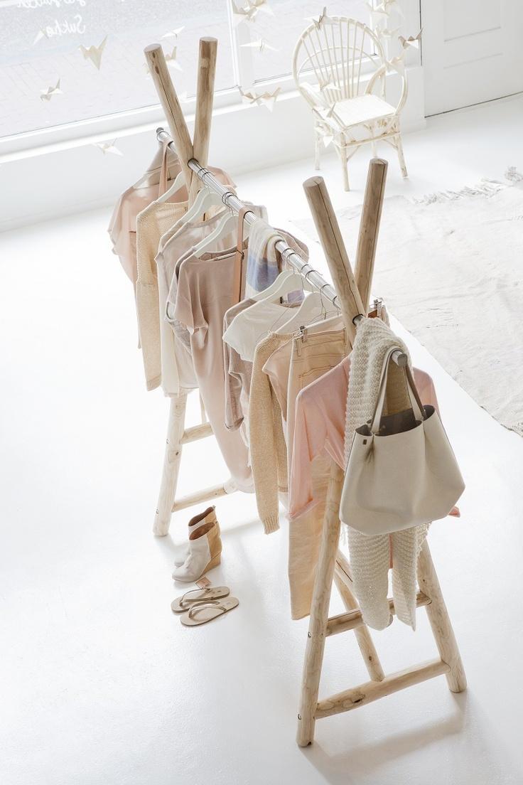 Cabideiro com arara para roupas de crianças