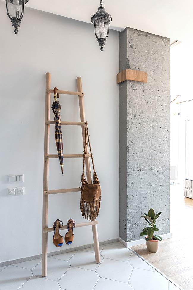 Escada de objetos como cabideiro